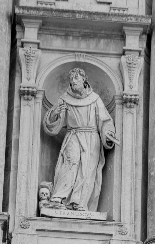 Os cónegos regrantes de Santo Agostinho saiem de Mafra regressando os franciscanos da Província da Arrábica.